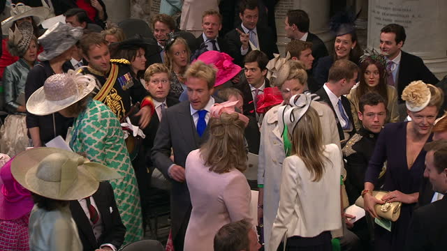 vídeos de stock, filmes e b-roll de interior shots tv presenter ben fogle his wife marina walk inside westminster abbey amongst the wedding guests sky news royal wedding procession... - hóspede