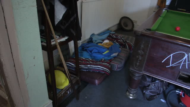 vidéos et rushes de interior shots untidy & messy squatters flat showing bedroom, lounge, graffiti on walls & rundown decor squatters flat interiors on august 31, 2012... - messy bedroom