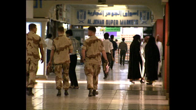 interior shots us army, american soldiers shopping inside riyadh shopping centre on november 16, 1990 in jeddah, saudi arabia. - jiddah点の映像素材/bロール