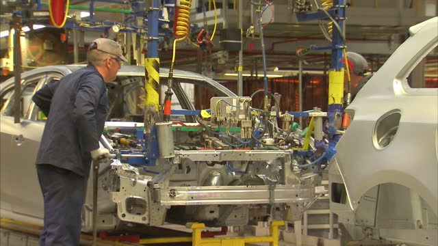 vidéos et rushes de interior shots workers building cars as they move along the production line at the vauxhall assembly plant on january 21 2016 in ellesmere port... - usine automobile