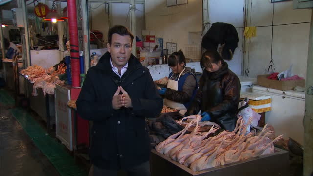 vidéos et rushes de interior showing busy food market in china lots od stalls with animal parts and vendors selling meat customers walk aisles with carrier bags piece to... - vendeur ambulant