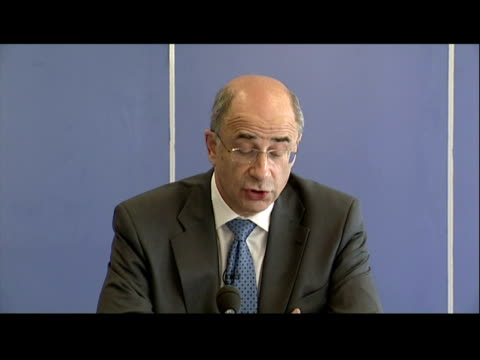 stockvideo's en b-roll-footage met interior statement lord chief justice leveson, chairman of the phone hacking enquiry addresses the media phone hacking enquiry plans announced on... - voorzitter