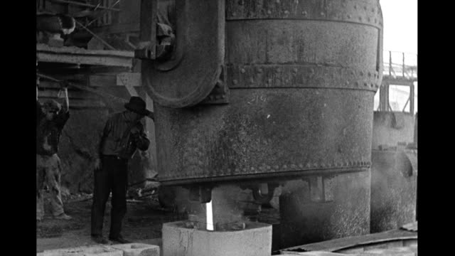 vídeos de stock e filmes b-roll de interior steel mill men working with huge vat of molten steel interior steel mill on january 01 1930 - fábrica de aço