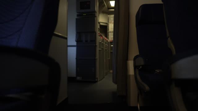 飛行機のキッチンキャビンへの旅客キャビンの内部ビュー - 保管場所点の映像素材/bロール