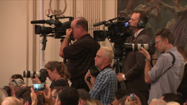 vidéos et rushes de interior view of the press and journalists as they listen to president trump's news conference, including tv cameras filming and journalists trying... - press conference