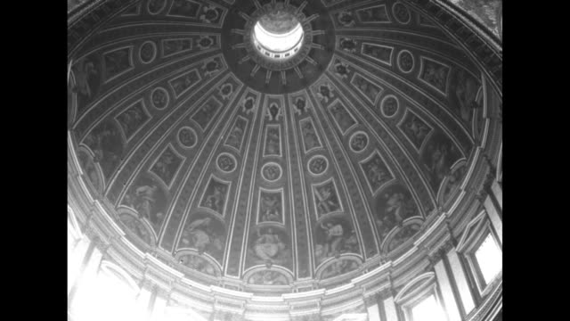 vídeos de stock e filmes b-roll de interior view st peter's basilica from balcony pilgrims in lines / people walking along balcony / looking up at dome / pan down dome / closer shot... - basílica de são pedro