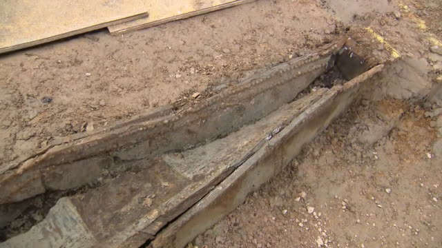 vídeos de stock e filmes b-roll de interior views of a coffin uncovered during excavation and archeology work at euston, site of the hs2 london terminal station, on 15 may 2019 in... - arqueologia