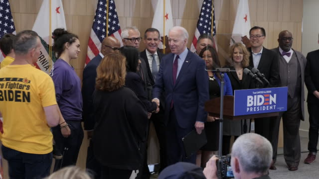 vidéos et rushes de interior views of democratic candidate joe biden holding a press conference to celebrate his victory in the super tuesday primaries on 4 march 2020... - press conference