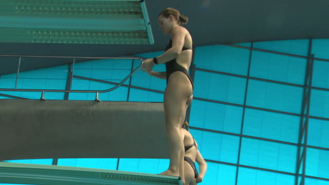 interior views of grace reid and partner practising their diving during a training session at the london aquatics centre on 19 february 2020 in... - the olympic games stock videos & royalty-free footage