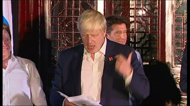 interior views of london mayor boris johnson making a speech at the london olympic handover party, where he talks of ping pong, wiff waff and... - 2008年北京夏季オリンピック点の映像素材/bロール