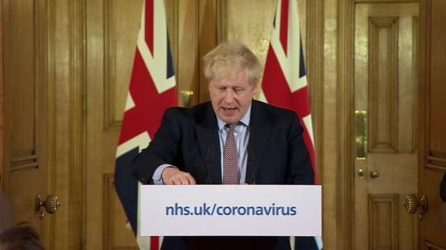 vídeos de stock, filmes e b-roll de interior views of prime minister boris johnson giving a press conference detailing new measures to deal with the coronavirus outbreak, including to... - evitar os outros