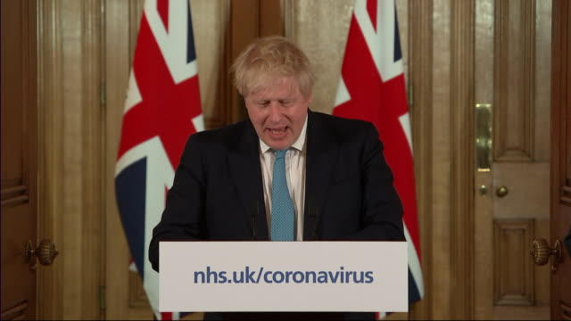 vídeos de stock e filmes b-roll de interior views of prime minister boris johnson walking in and giving his daily coronavirus press conference flanked by senior medical advisers, as he... - conferência de imprensa