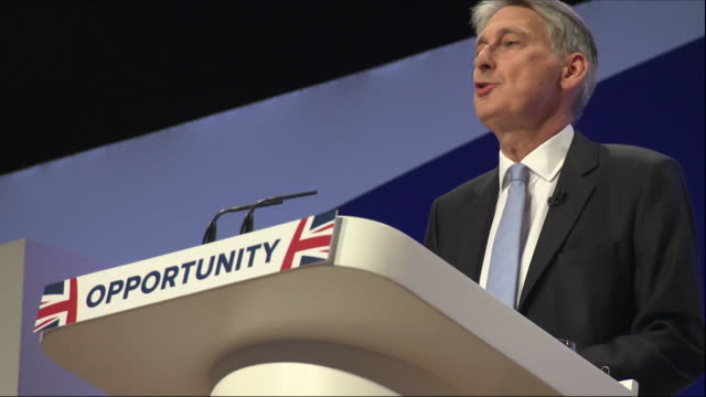 interior views of the chancellor making his speech at the conservative party conference and cutaway views of the crowd listening in the auditorium... - フィリップ ハモンド点の映像素材/bロール