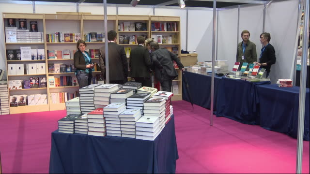 vidéos et rushes de interior views of the conservative party shop, including mugs, bags and views of various books on 30 september 2019 in manchester, united kingdom. - parti conservateur anglais