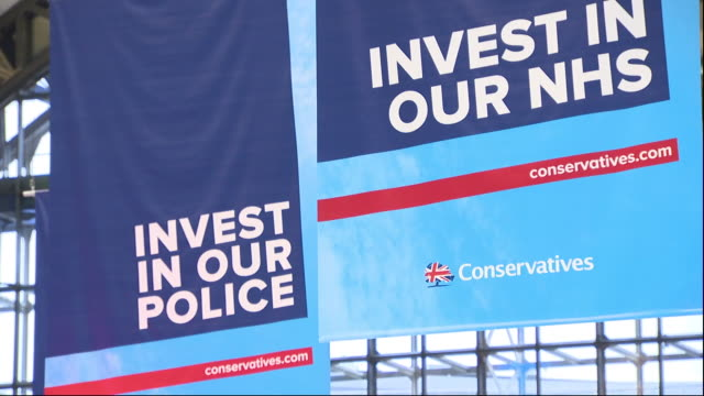 vidéos et rushes de interior views of the large branding signs at the conservative party conference on 30 september 2019 in manchester, united kingdom. - parti conservateur anglais
