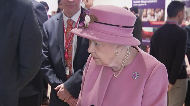 vídeos de stock e filmes b-roll de interior views of the queen and the duchess of cambridge talking to officials and are shown the latest advances in robotics and robotic surgey at... - king's college