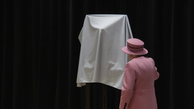 vídeos de stock e filmes b-roll de interior views of the queen as she unveils a plaque to officially open bush house as parts of king's college and then performs a signing ceremony... - king's college