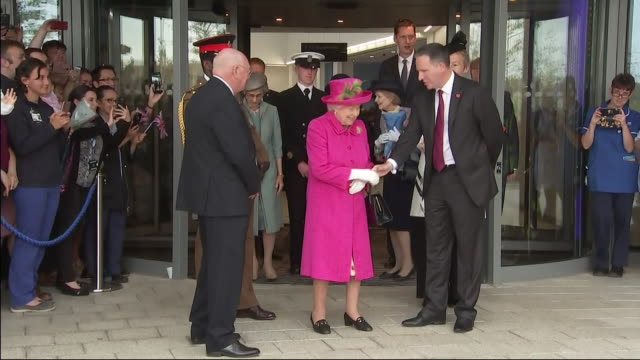 interior views of the queen is greeted by staff and patiients as she leaves the royal papworth hospital on 9 july 2019 in cambridge united kingdom - königin elisabeth ii. von england stock-videos und b-roll-filmmaterial