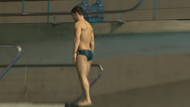 interior views of tom daley dives during a training session at the london aquatic centre on 19 february 2020 in stratford united kingdom - diving into water stock videos & royalty-free footage