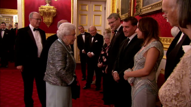 interiors of her majesty queen elizabeth ii meeting liverpool football club manager brendan rodgers and his daughter mischa who has diabetes on... - direttrice video stock e b–roll