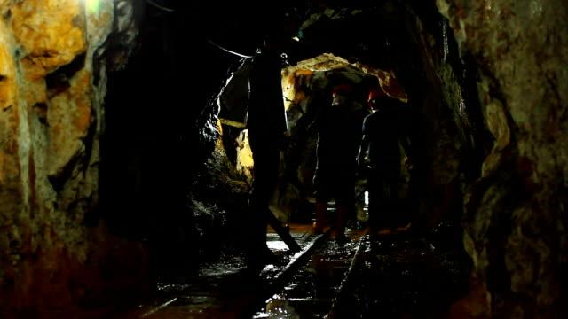 vídeos de stock e filmes b-roll de interiors of old gold mine. - mineiro trabalhador manual