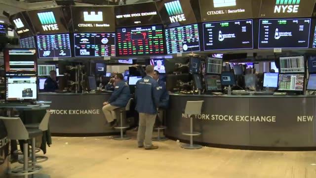 vídeos y material grabado en eventos de stock de interiors of the new york stock exchange as the dow jones 30 industrials continue to hit fresh records far less shouting than old days as most of the... - bolsa de nueva york