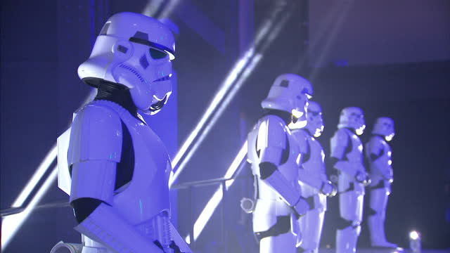 vidéos et rushes de interiors shots of stormtroopers standing in line at the rogue one a star wars story premiere at bfi imax on december 13 2016 in london england note... - star wars titre d'œuvre