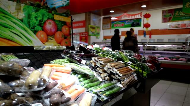 interiror のモダンなスーパーマーケットます。 - 生鮮食品コーナー点の映像素材/bロール