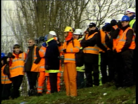 interm report findings itn england north yorkshire nr selby great heck ext gv crane at site of train crash which killed 10 people pan gner passenger... - temporäre gedenkstätte stock-videos und b-roll-filmmaterial