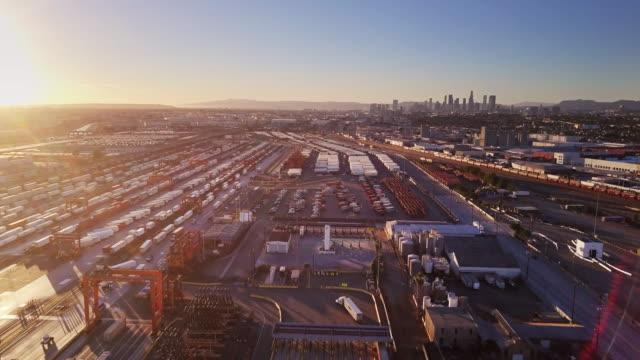 vídeos y material grabado en eventos de stock de patio de ferrocarril intermodal cerca dtla - foto aérea - tren de carga
