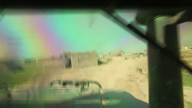vídeos de stock, filmes e b-roll de internal and external views of iraqi army tanks moving into the islamic state stronghold of mosul city - à prova de balas