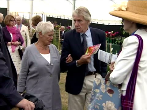 internal shots of dame judi dench looking around sandringham flower show with her husband michael williams and friends prince charles and camilla... - ジュディ・デンチ点の映像素材/bロール