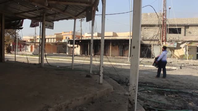 internally displaced people fled from their hometown due to the clashes between iraqi army forces and daesh terrorists to liberate iraq's mosul from... - hometown bildbanksvideor och videomaterial från bakom kulisserna