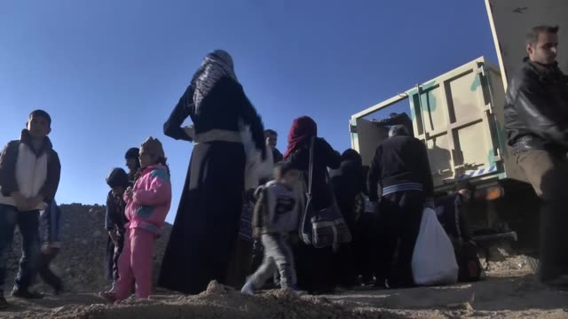 internally relocated people, who fled their homes due to the clashes, arrive at a camp in hasan sam village near mosul, iraq on november 24, 2016 as... - isil konflikt stock-videos und b-roll-filmmaterial