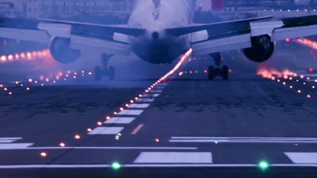 vidéos et rushes de international airport and aircraft - atterrir
