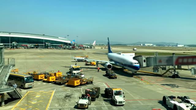 internationaler flughafen terminal. - start  und landebahn stock-videos und b-roll-filmmaterial