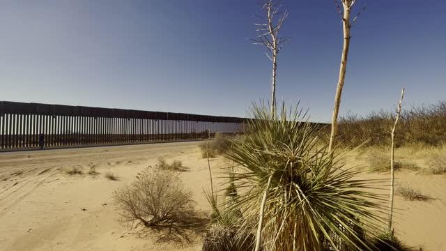 vídeos de stock e filmes b-roll de international border wall from  new mexico looking in to the chihuahua desert - vedação
