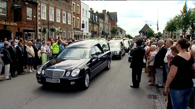 stockvideo's en b-roll-footage met international conference on afghanistan / repatriation of more british soldiers; england: wiltshire: wootton bassett: hearses along crowd lined... - repatriëring