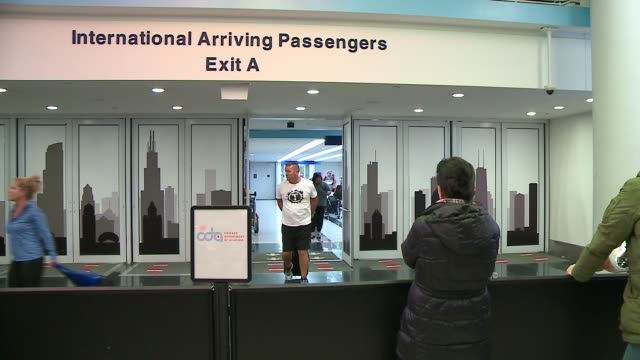 international flight passengers arriving, exiting door at o'hare airport on february 4, 2017. - 税関点の映像素材/bロール