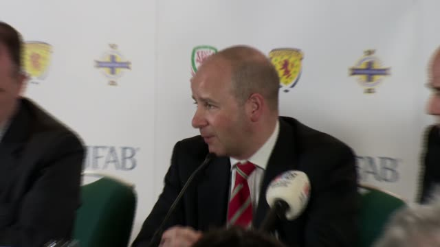 vídeos de stock, filmes e b-roll de international football association board press conference question and answers session with jonathan ford gianni infantino patrick nelson stuart... - gianni infantino