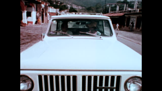 "stockvideo's en b-roll-footage met 1973 international harvester scout tv commercial - ""honeymoon, jr."" - advertentie"