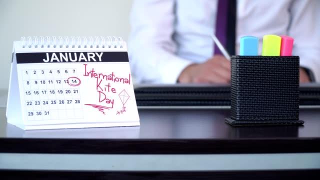 vidéos et rushes de jour international de cerfs-volants - journées spéciales - tenue d'affaires formelle
