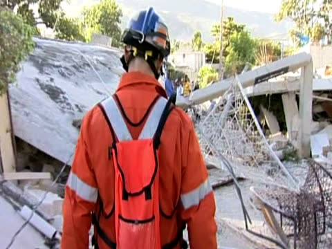 vídeos de stock e filmes b-roll de international rescue workers observe damage following devastating earthquake haiti - hispaniola