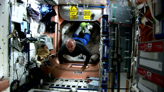 vídeos y material grabado en eventos de stock de international space station expedition 13 astronauts, jeff williams and pavel vinogradov, show what life in space is like / astronauts floating... - gravedad cero