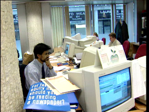 ftse international staff working on computers in busy office london - 2000年風格 個影片檔及 b 捲影像