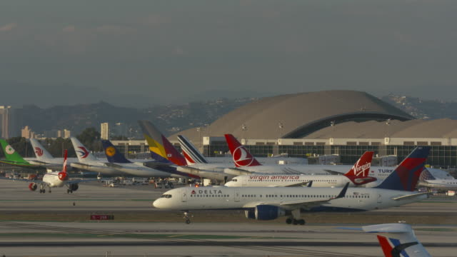 international terminal lax - delta air lines stock-videos und b-roll-filmmaterial