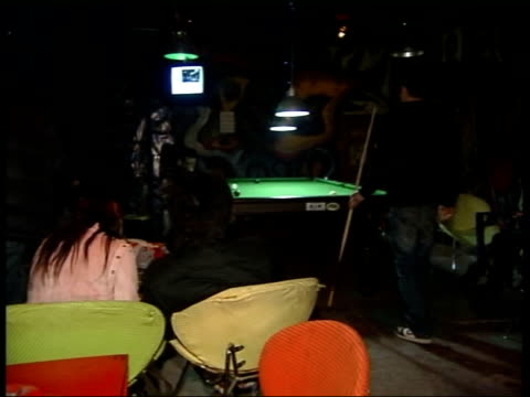 vidéos et rushes de internet blogs defy authority of chinese government musicians performing onstage in nightclub pan audience watching band muzi mei playing pool as... - rock moderne