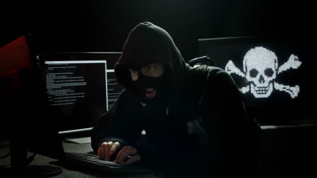 vídeos y material grabado en eventos de stock de internet piracy hacker stealing data - fraude