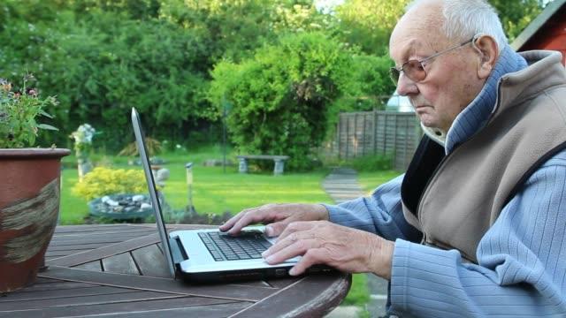 internet surfing in the garden - tunnhårig bildbanksvideor och videomaterial från bakom kulisserna