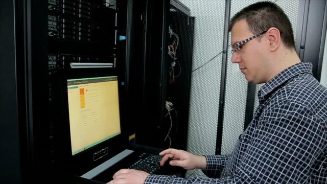 vídeos de stock e filmes b-roll de internet technology engineer on workplace - prateleira objeto manufaturado